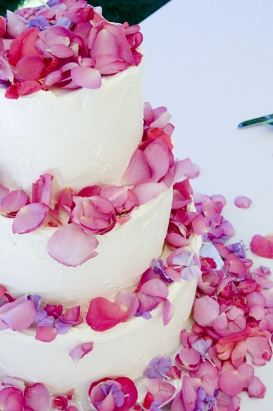 Petals of roses or other flowers are a simple option to decorate a cake.