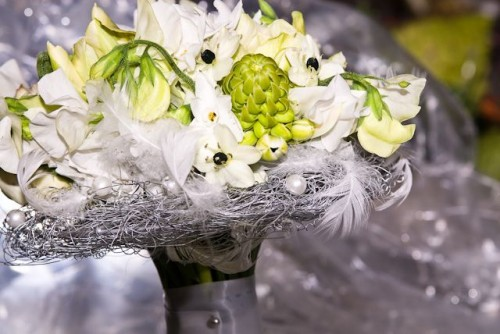 white bridal bouquet with feathers, sweetpeas and star of bethlehem, Françoise W