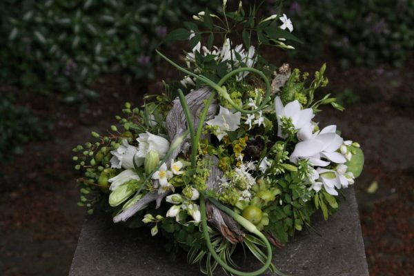 woodland centerpiece with white flowerts, Françoise Weeks